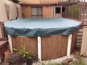 Shutdown cover fitted to above-ground pool